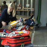 Feuerwehr Sanitäterin erklärt die Ausrüstung