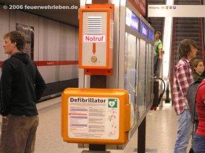 Erweiterte Erste Hilfe. Automatische Defibrillator in einer münchner S-Bahn Station
