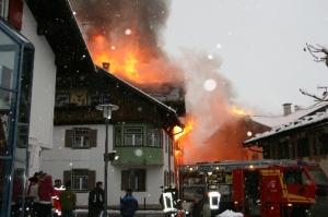 Flammenüberschlag auf das Nachbargebäude (Quelle: Feuerwehr Oberstdorf)