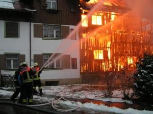 Einsatzkräfte beim Abschirmen der Hitzestrahlung  (Quelle: Feuerwehr Oberstdorf)