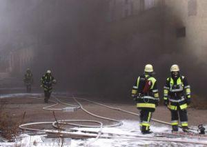 Fabrikgebäude brennt