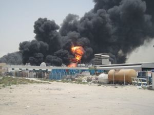 Großbrand in einer Lackfabrick, auch hier müssen die Wehrleute aus Fujairah ran (Foto: Thomas Bachmann)
