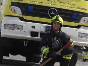 Thomas in seiner Einsatzkleidung der Emirates Fire & Rescue Company (Foto: Thomas Bachmann)