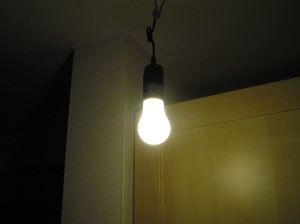 Außer der Form, nicht viel Gemeinsamkeiten. Energiesparlampe in Birnenform.