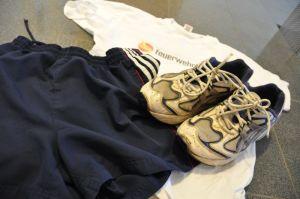 Alte Joggingschuhe, kurze Hose und T-Shirt. Damit habe ich mein Fitnessprogramm gestartet.