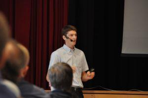 Christian Emrich erläutert seine Versuchsergebnisse der Einsatzstellenbelüftung