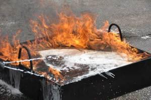 Brandbekämpfung in Miniatur: Flüssigkeitsbrandbekämpfung mit einem Schwerschaumrohr