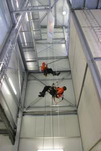 Höhenrettungsübung im 18 Meter hohen Turm des Vertical Rescue College (Foto: Skylotec)