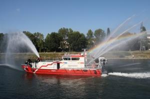 """Das neue Feuerlöschboot """"Metropolregion Rhein-Neckar"""" im Einsatz (Foto: Stadt Mannheim)"""
