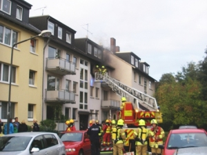 Falsch geparkte Autos erschweren den Drehleitereinsatz (Foto: Feuerwehr Ratingen)