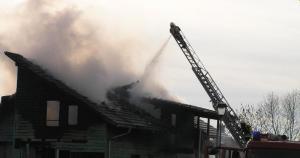 Dachstuhlbrände stellen Feuerwehren immer wieder vor besondere Herausforderungen.