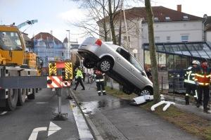 Bergung des Autos durch einen Mobilkran (Foto: Polizeiinspektion Oldenburg)