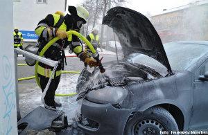 Brand im Motorraum des PKWs