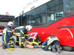 Übung: Person unter Bus
