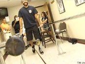 Anthony Torres bei den ersten Gehversuchen mit seiner neuen Beinprothese