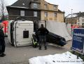 Umgekippter LKW: Ladekran blieb in Oberleitung hängen