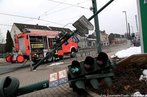 Durch LKW-Unfall beschädigte Ampelanlage