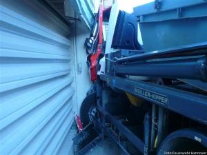 Mit dem Führerhaus prallte der LKW gegen einen Betonpfeiler