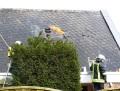 Flammen schlagen an verschiedenen Stellen aus dem Dach.