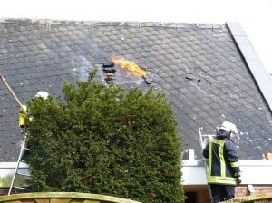 Einsatzkräfte öffnen die Dachhaut.