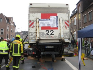 Person unter Auto, Auto unter Trailer