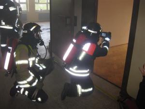Kontrolle des Raums durch Führungskraft  mittels Wärmebildkamera