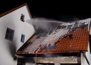 Schaum als Zumischung bei einem Dachstuhlbrand