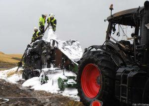 Nachlöscharbeiten mittels Mittelschaum an einem landwirtschaftlichen Fahrzeug