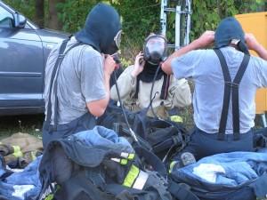 Atemschutzträger entkleiden sich nach einem Durchgang in der Wärmegewöhnungsanlage