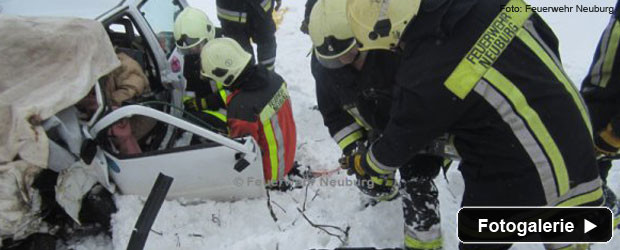 verkehrsunfall-schnee-eingeklemmt-teaser