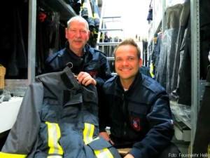 Thomas Wevers und Andreas Braig (v.l.n.r.) von der Heiligenhauser Feuerwehr mit der ausrangierten Schutzkleidung