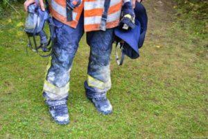 Verschmutzte Schutzkleidung nach einem Innenangriff